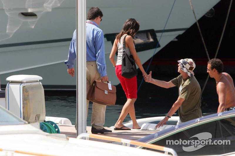 Fernando Alonso et sa petite amie Raquel del Rosario sur un bateau