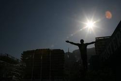 La statue de Anthony Noges dans la chicane de la piscine