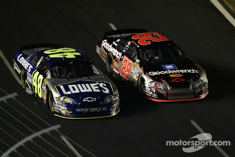 Jimmie Johnson et le pilote Kevin Harvick de #29 GM Goodwrench Chevrolet durant la NASCAR Nextel Cup Series All-Star Challenge