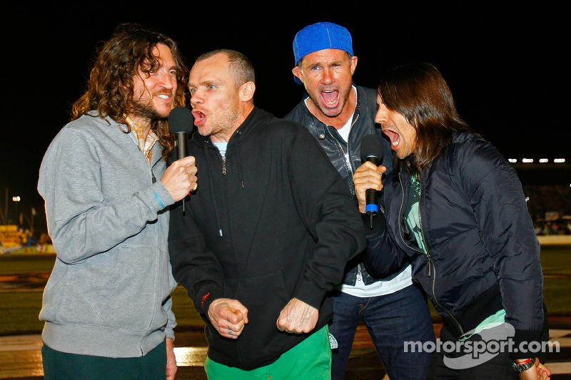 John Frusciante, Flea, Chad Smith et Anthony Kiedis donne la commande