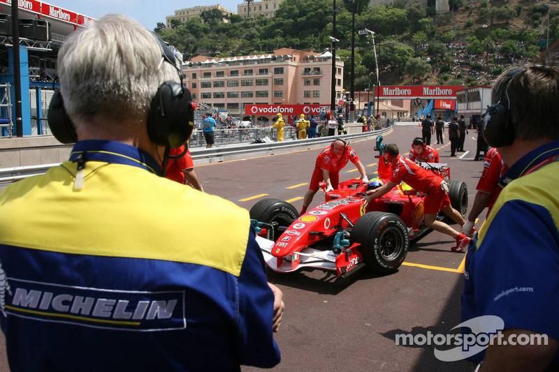 Les ingénieurs Michelin regardent Felipe Massa