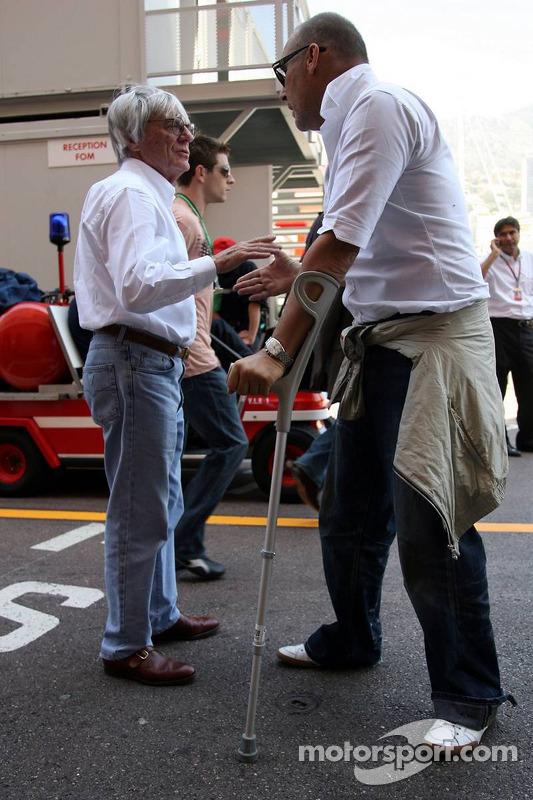 Michel Comte, le photographe, parle avec Bernie Ecclestone