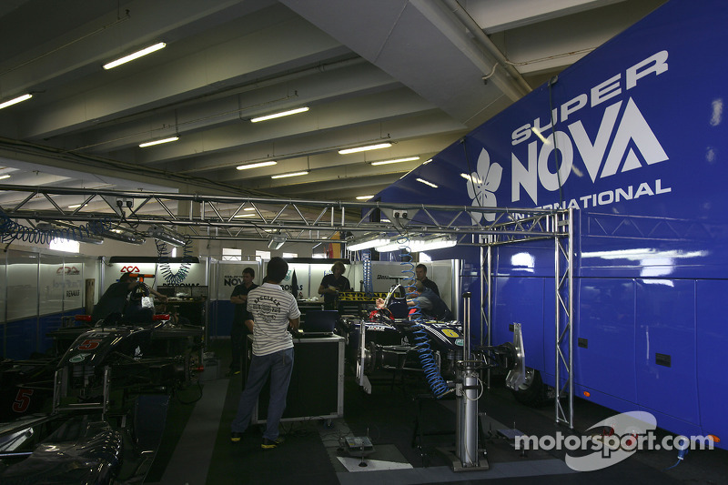 Le garage de l'équipe Super Nova International