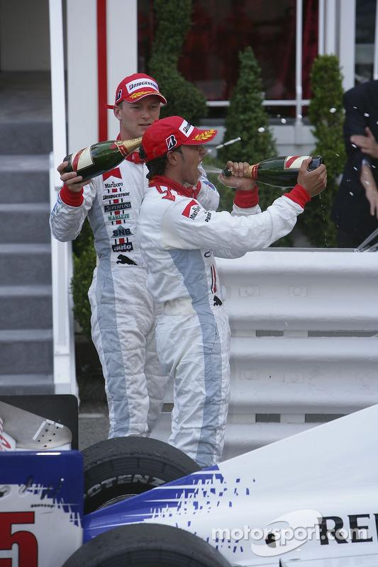 Lewis Hamilton premier, et Alexandre Premat troisième verse du champagne