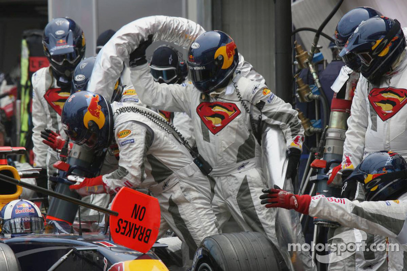 Equipo Red Bull Racing reaprovisiona de combustible auto de David Coulthard