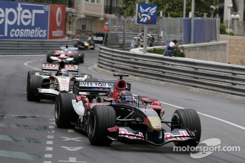 Scott Speed delante de Rubens Barrichello