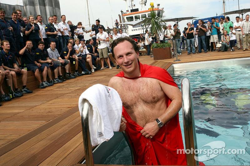 Director deportivo Christian Horner en una capa de Superman sale de la piscina en la cubierta de la estación de energía de Red Bull
