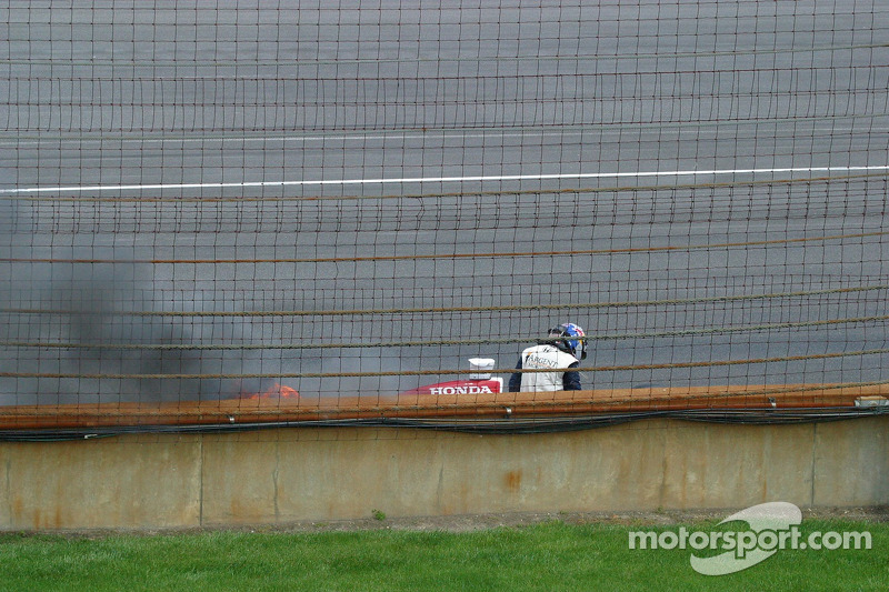 Buddy Rice monte dans sa voiture à combustion