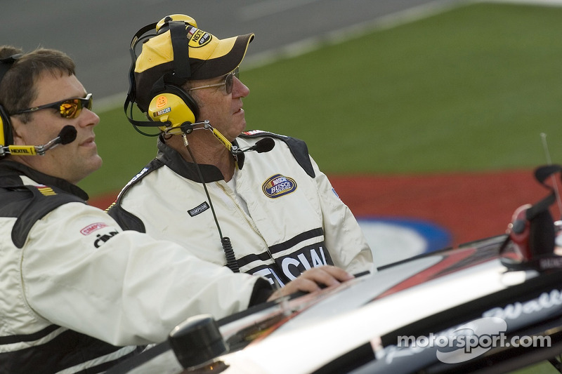 Des officiels de la NASCAR sur la ligne des stands