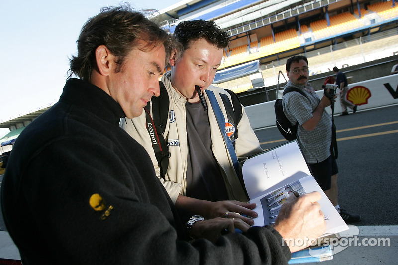 Olivier Beretta signe des autographes