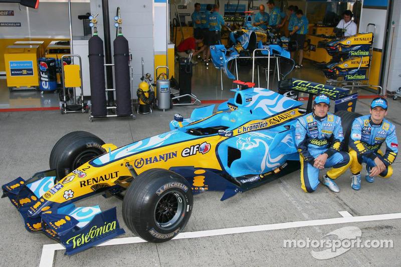 Fernando Alonso y Giancarlo Fisichella posan con el nueva imagen diseñado por el estudio taiwanés DEM
