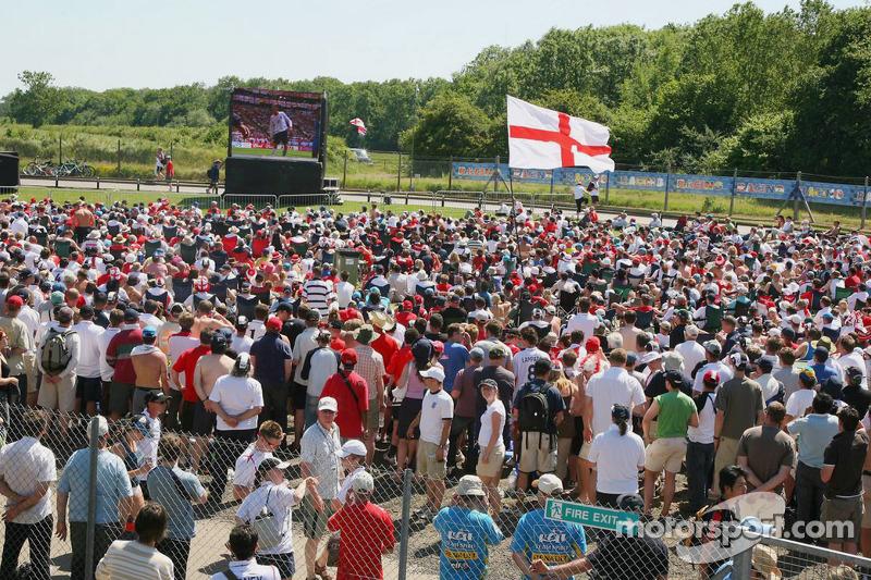 Des fans regardent l'Angleterre qui joue à la Coupe du monde