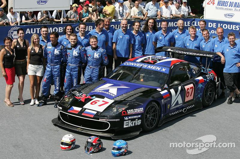 Peter Kox, Robert Pergl, Alexei Vasiliev et l'équipe Menx posent avec la Menx Team Ferrari 550 Maranello