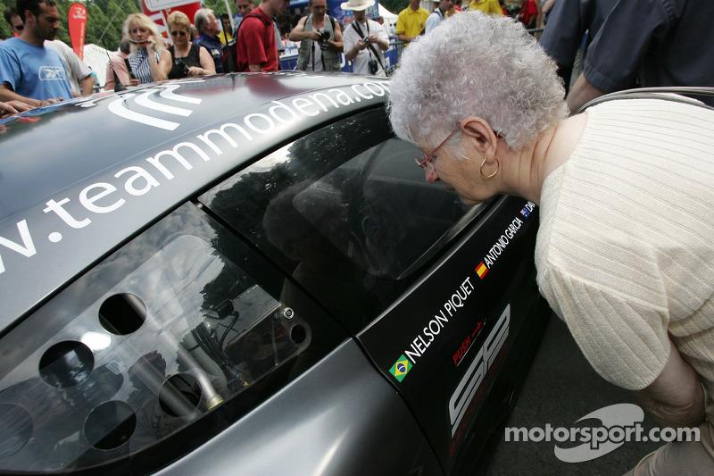Un fan examine la Russian Age Racing Aston Martin DBR9