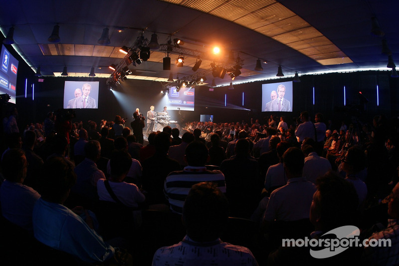 Conférence de presse de Peugeot Sport: les médias regardent la conférence de presse