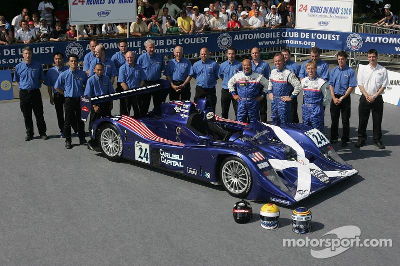 Bill Binnie, Allen Timpany, Yojiro Terada et l'équipe Binnie Motorsports posent avec la Binnie Motorsports Lola 05/42 Zytek