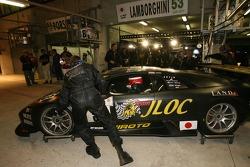 #53 Jloc Isao Noritake Lamborghini Murcielago: Marco Apicella, Koji Yamanishi, Yasutaka Hinoi in the garage