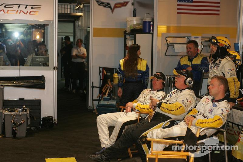 Johnny O'Connell et Jan Magnussen dans le garage de Corvette Racing