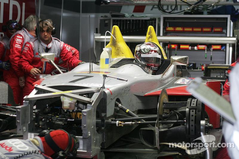 #7 Audi Sport Team Joest dans le garage pour des réparations