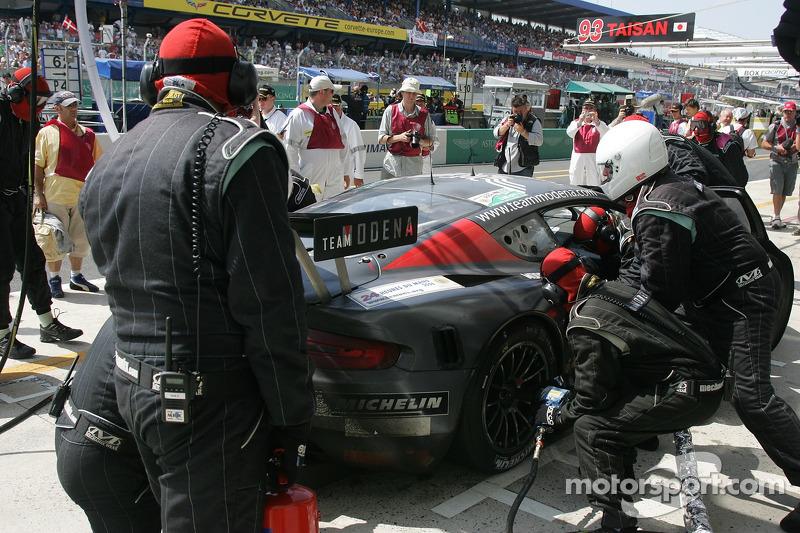 #62 Russian Age Racing Aston Martin DBR9 dans les stands