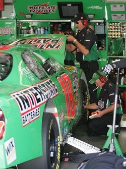 L'équipe travaile sur la voiture de J.J. Yeley