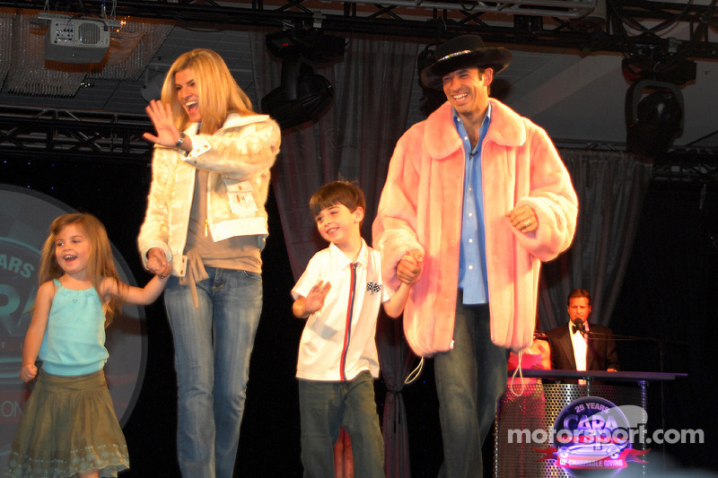 Helio Castroneves et sa petite amie Aliette Vasquez avec Stella et Flynn Crowther