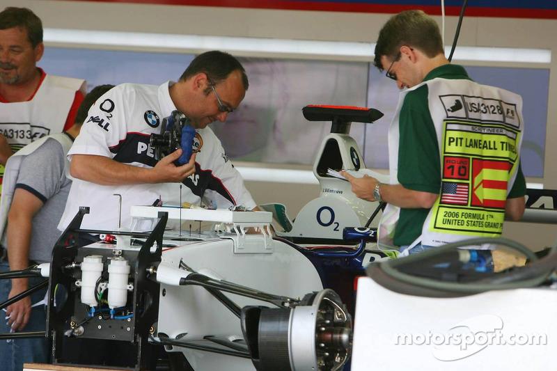 L'équipe BMW Sauber prépare les voitures pour la fin de semaine