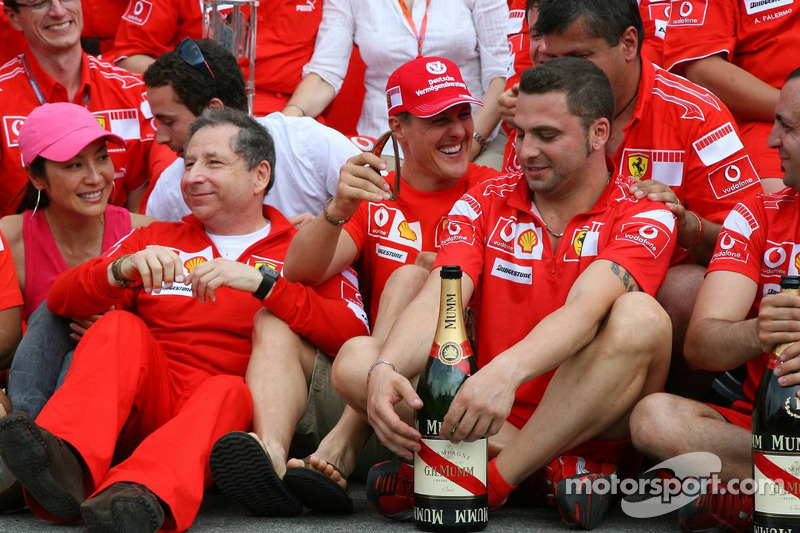Célébration de la victoire à Ferrari : Michael Schumacher fait la fête avec Jean Todt et l'équipe
