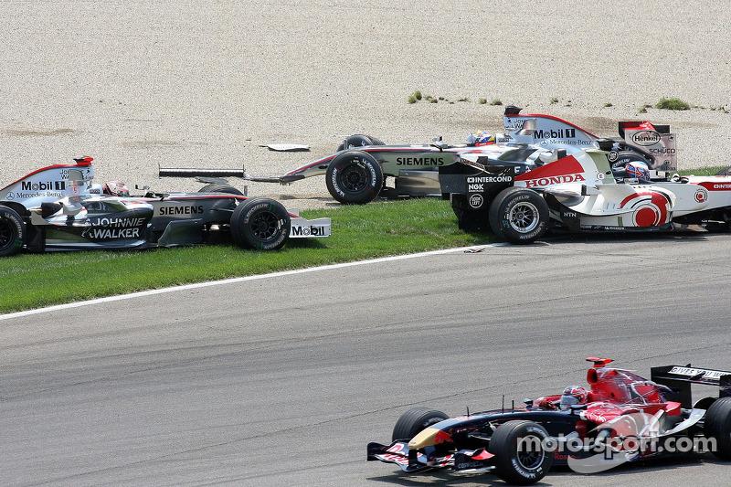 Accident au premier virage : Juan Pablo Montoya, Kimi Raikkonen, Jenson Button et Vitantonio Liuzzi