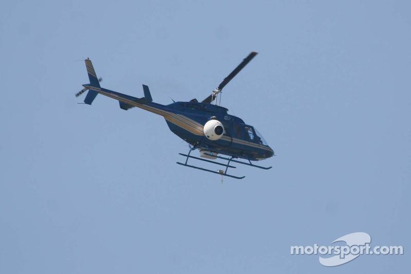Un hélicoptère de la télévision regarde la course