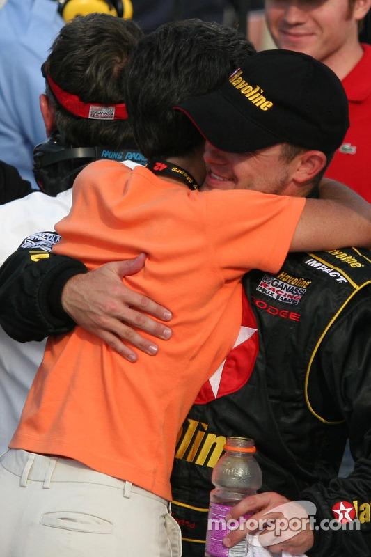 Casey Mears reçoit un calin de sa mère après sa victoire