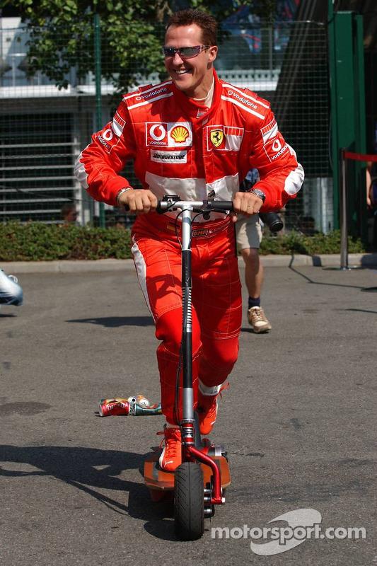 Michael Schumacher sur un petit pas avec des canettes vides traînant derrière