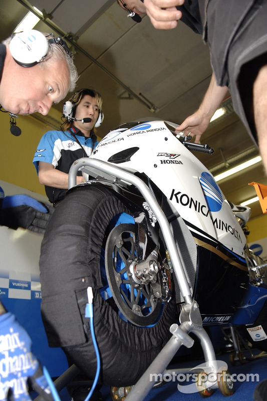 Détail de la moto de Makoto Tamada