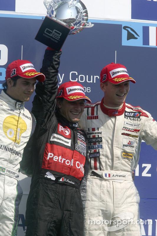 Giorgio Pantano célèbre sa victoire sur le podium avec Nelson A. Piquet