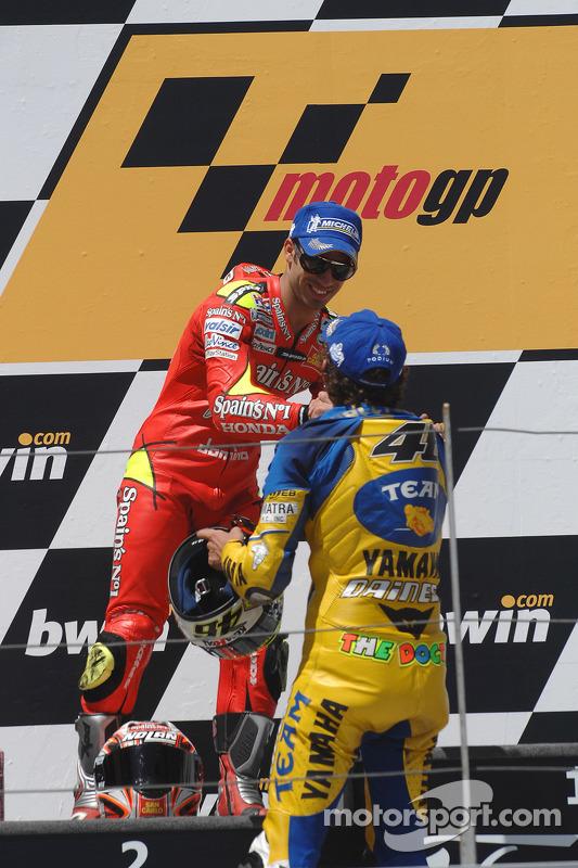 Podio: ganador de la carrera Valentino Rossi con Marco Melandri