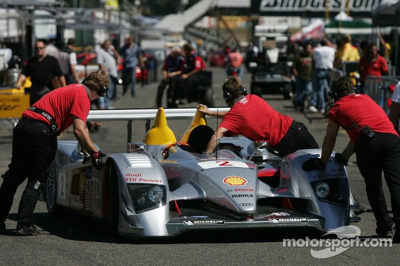 Des membres de l'équipe Audi Sport North America ramènent la R10 au paddock