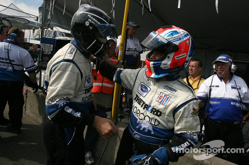 Le vainqueur de la pole position Butch Leitzinger fait la fête avec Guy Smith