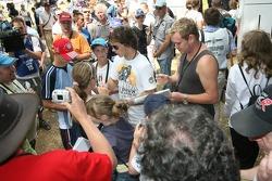 Quelques fans obtiennent un autographe de Chris Vermeulen