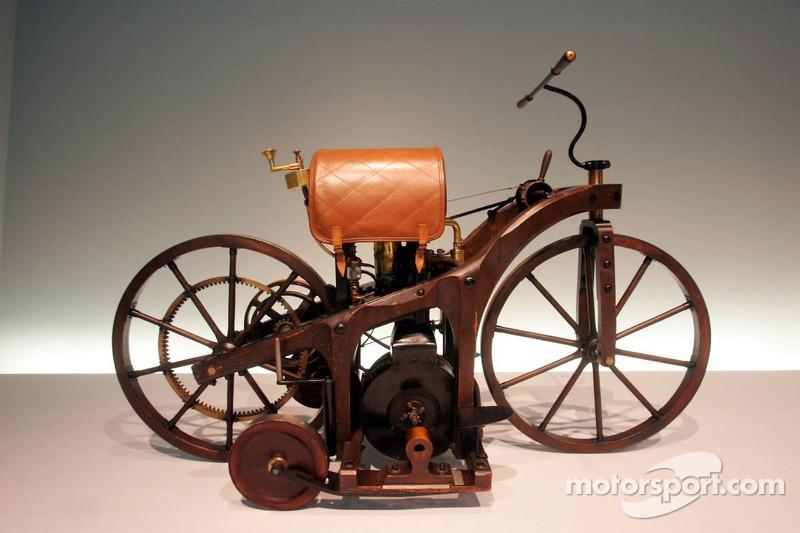 Evénement média de DaimlerChrysler Mercedes: une bicyclette dans le musée Mercedes-Benz à Stuttgart