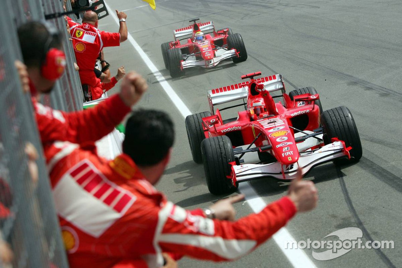 Rennsieger Michael Schumacher feiert
