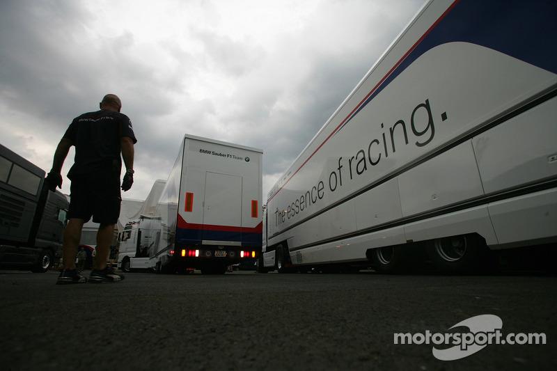 Los expertos de BMW: empacan elequipo para salir de Hockenheim (Germany) con destino a Budapest (Hungría) para montar todo dentro de tres días