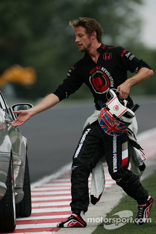 Jenson Button después de que su motor estalló