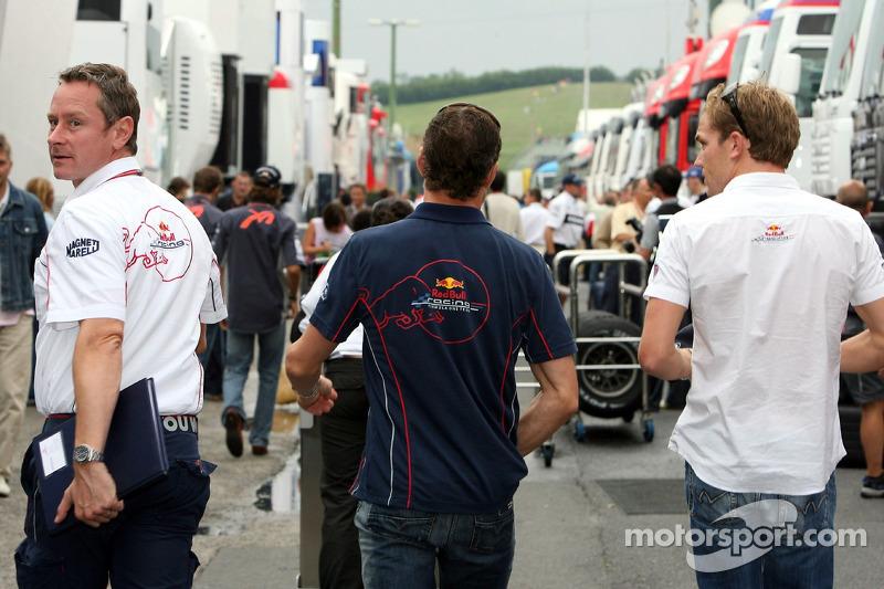 Jefe de equipo Jonathan Wheatley, David Coulthard y Robert Doornbos en el paddock