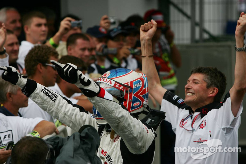 Ganador de la carrera que Jenson Button celebra con Nick Fry