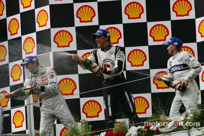 Podio: champagne para el ganador Jenson Button, segundo lugar Pedro de la Rosa y tercer lugar Nick Heidfeld