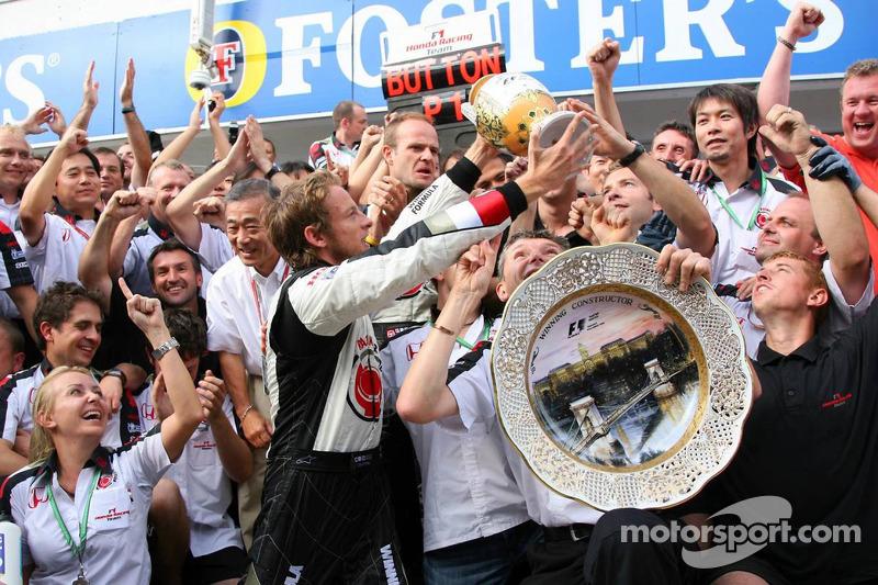 Ganador de la carrera Jenson Button celebra con Rubens Barrichello, Anthony Davidson y Honda Racing F1 los miembros del equipo