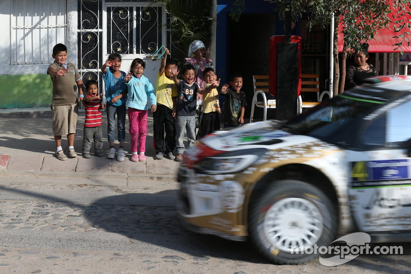 Junge mexikanische Fans