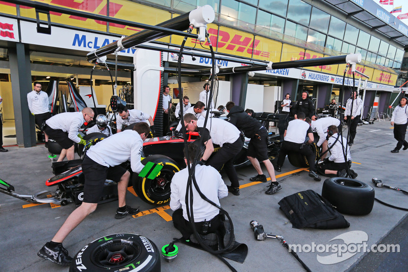 McLaren beim Reifenwechsel-Training