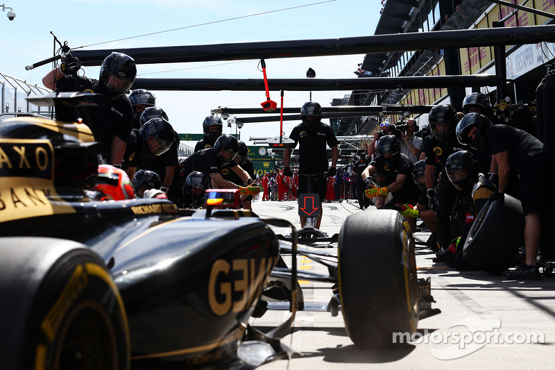 Romain Grosjean, Lotus F1 E23 practices a pit stop