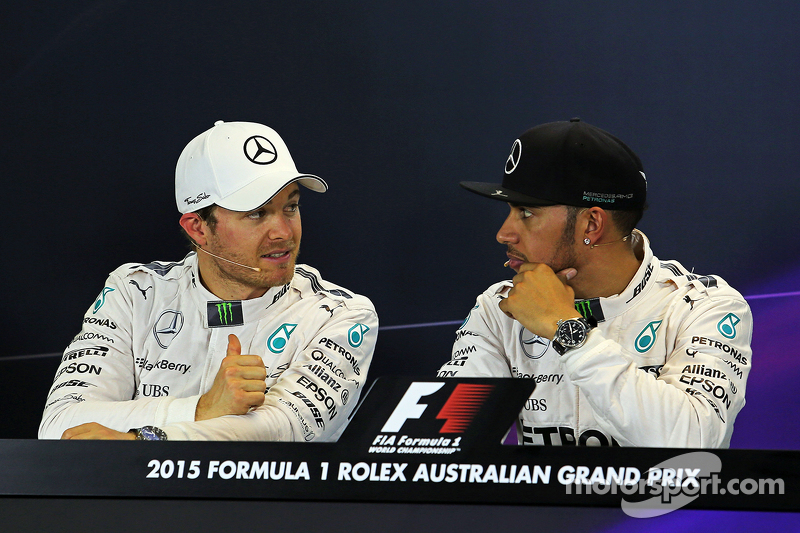 Peringkat kedua Nico Rosberg, Mercedes AMG F1 bersama pole sitter Lewis Hamilton, Mercedes AMG F1 di FIA Press Conference